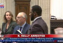 R Kelly è stato arrestato.